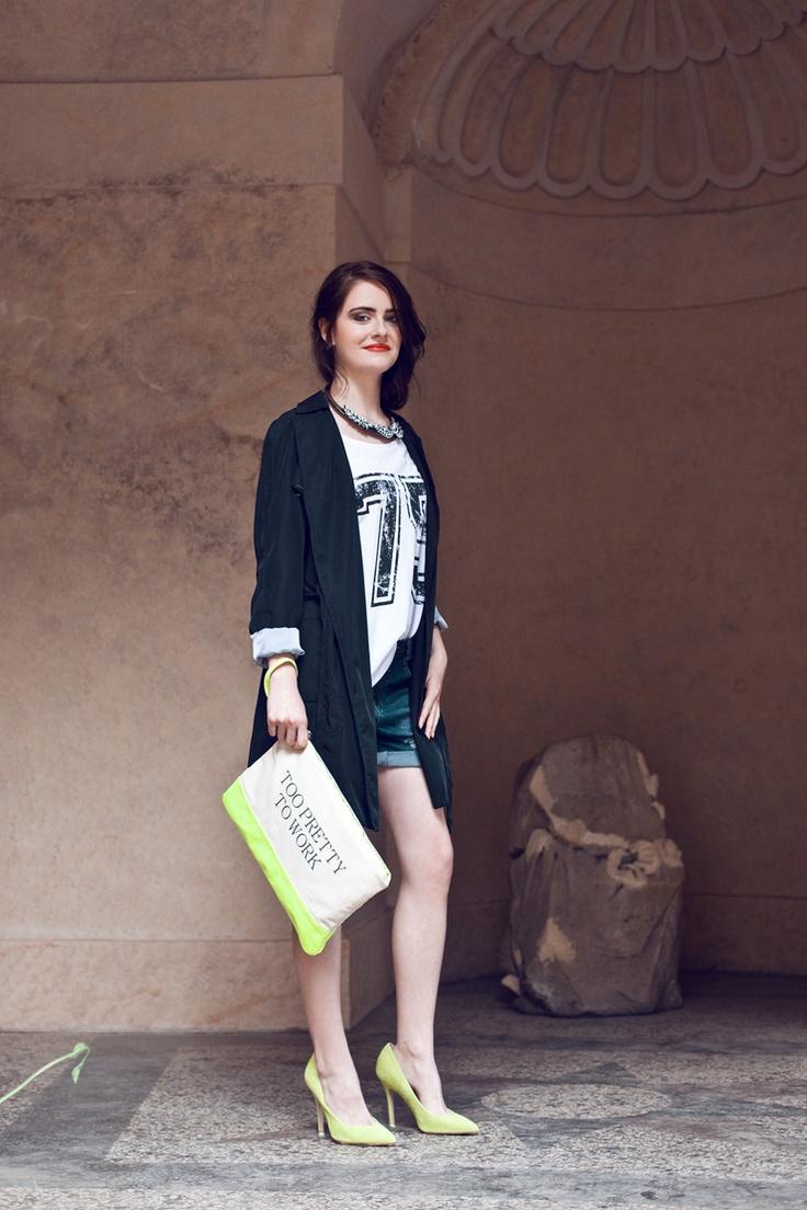 Na foto: šortky (Only, 799 Kč), triko (Only, 399 Kč), kabát (Zara, 1999 Kč), náhrdelník (Mango, 799 Kč), psaníčko (Bershka, 399 Kč), boty (Topshop, 2100 Kč)