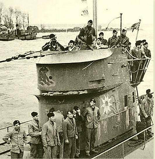 U-124 Вторая по количеству побед подводная лодка времен Второй мировой войны. За 11 боевых походов уничтожила 46 транспортов общим водоизмещением 219 178 т., 2 боевых корабля — 5775 т. и повредила 4 транспорта — 30 067 т.______ на фото U-124 возвращается из успешного патруля. Ее оригинальная эмблема Эдельвейс видна, а также лягушка, которая была добавлена с помощью Йохана Мора, когда он принял командование над ней.