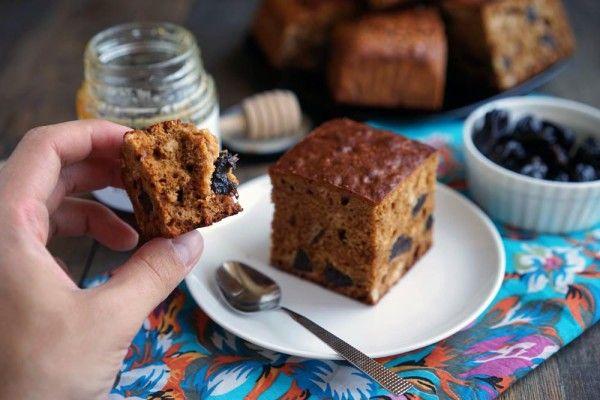 Французский деревенский пирог с мёдом | Есть десерты, вкус которых зависит от одно ингредиента. Большой их плюс в том, что отработав процесс приготовления, мы вольны варьировать вкус, как раз, меняя этот самый ингредиент. Например, в этом деревенском пироге за вкус отвечает мёд. Видов мёда десятки, а значит и пирог можно сделать разным по вкусу. Хотите более нежный вкус? Берите липовый мёд, акацию или что-то в этом духе. Ждёте чего-то харизматичного? Попробуйте с гречишным.