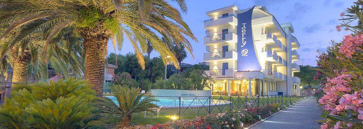 L'hotel di sera. Dopo una bella cena gustatevi un passeggiata lungomare...  L'hotel di sera. Dopo una bella cena gustatevi un passeggiata lungomare...  #Grottammare