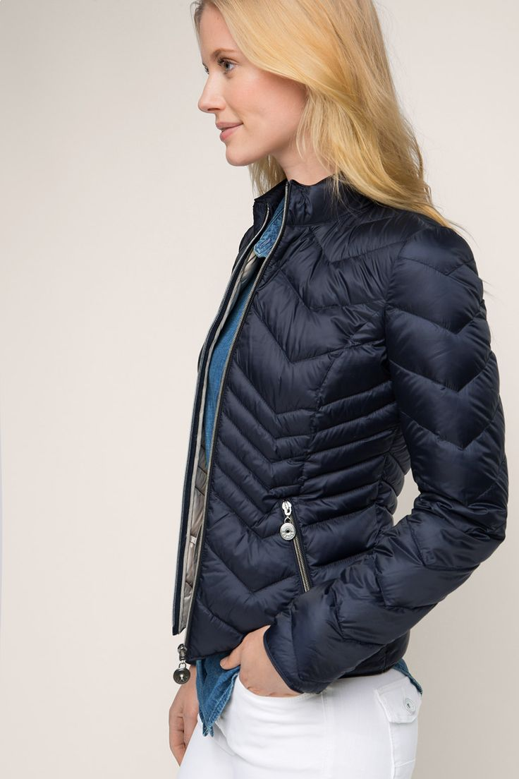 Esprit / Doudoune légère au look sportif. Love this form fitting down jacket for a more casual look