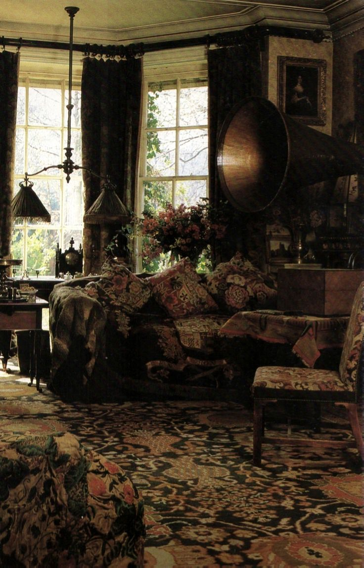 A gorgeously layered room complete with a gramophone *swoon*  ~Splendor                                                                                                                                                                                 Mehr