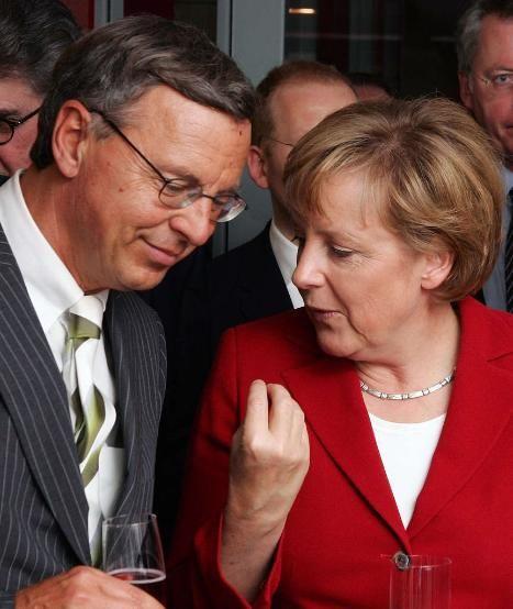 Enge #Vertraute: #Bosbach und die Kanzlerin Dr. #Merkel http://www.bild.de/politik/inland/wolfgang-bosbach/nach-jauch-auftritt-und-merkel-telefonat-wer-ist-wolfgang-bosbach-36238366.bild.html