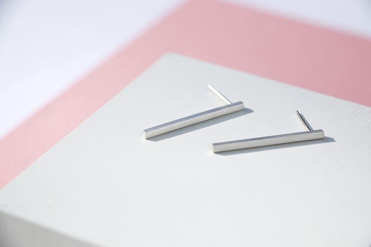 Brincos Palito - Brincos em prata com perfil quadrado e acabamento fosco. Constituem um visual moderno e sofisticado. #joiasliê
