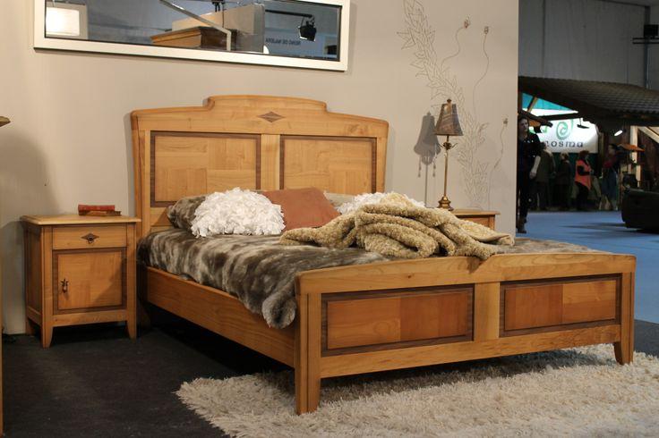 Dormitorio clasico modelo daniela en madera de cerezo con acabado natural.