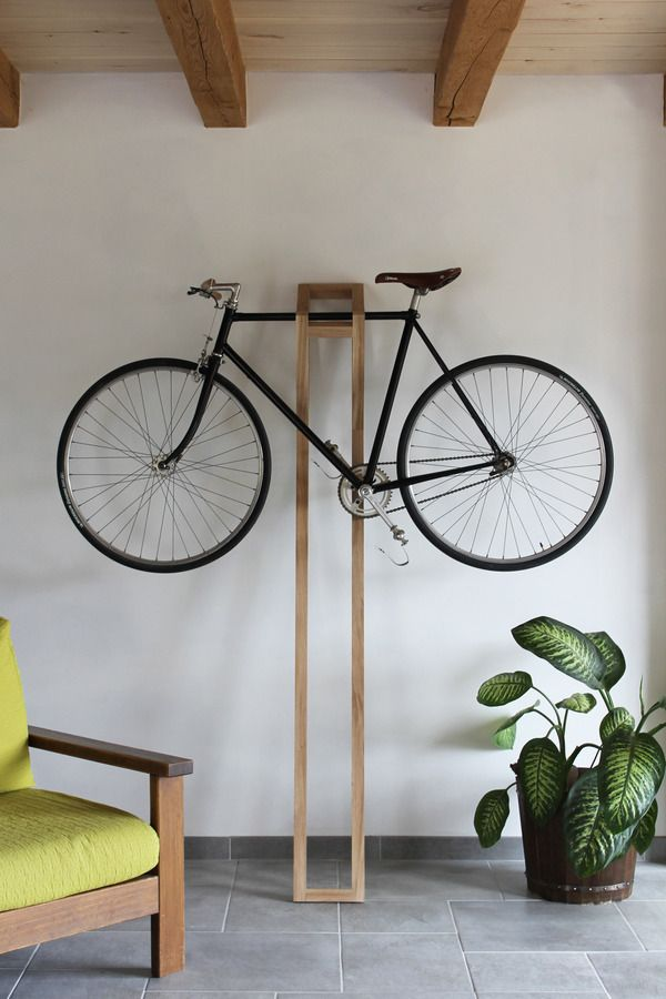"""Si tienes una bonita bici y un piso/casa con techo alto (te odio ya por ello), aquí tienes tu """"cuelga bicis"""" perfecto. Normalmente estos trastos son feos, sosos y cuando más escondidos estén, mejor. Pues mirad que precioso colgador (¿Percha?) de madera se ha inventado este chico.         …"""