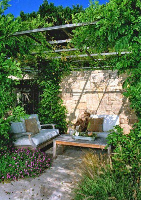 Προσθέστε αναρριχώμενα φυτά στη βεράντα σας για να δημιουργηθεί μια φυσική σκίαση.