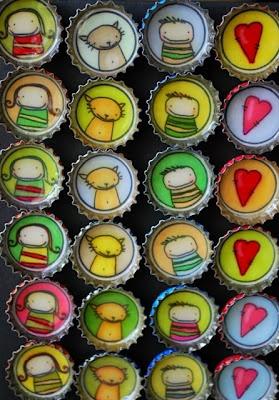 Magneetit kierrätetyistä pullonkorkeista. Kerää magneeteista omanlainen perhe, saatavilla useita eri perheenjäseniä! www.minttumaa.net