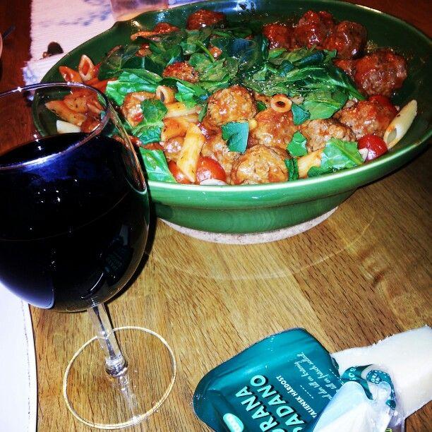Köttbullar, tomatsås, pasta och lite italienskt rött..