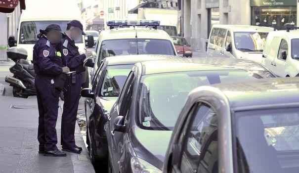 Depuis le 1er janvier, l'amende pénale de 17 € est supprimée. Elle est remplacée par un forfait post-stationnement, aux mains des communes, parfois beaucoup plus coûteux.