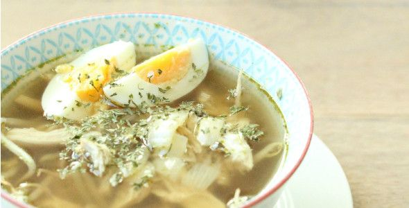 Saoto soep a la Rens - gemaakt in mei-2015 - aanpassingen: kipfiletblokjes ipv hele kipfilet, alleen kippenbouillon gebruikt. Volgende keer mag ik wel wat dunnere tauge gebruiken en wat royaler zijn met de kruiden/specerijen en zout.