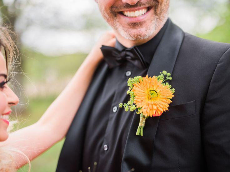 Brudgummen med ringblomma och daggkåpa i corsagen.