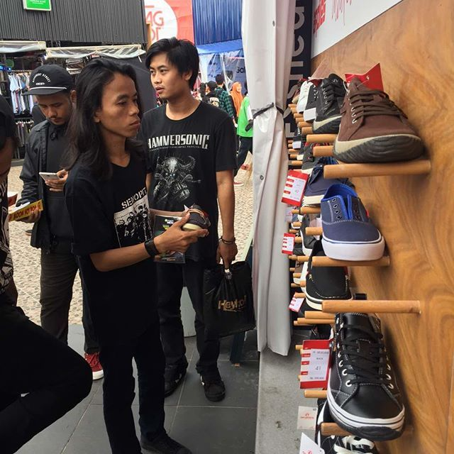 Sebelum manggung dan berjingkrak-ria 🎶 @senopit_grind sudah siap dengan Sneakers keren 😎😎 dari @ardilessneakers !! Bagaimana dengan kamu?? #ardiles #ardilessneakers #sneakers #indonesia #madeinIndonesia #NaturalRubber #fashion #pictoftheday #ootd #casual #keren #kekinian #jalan2man #indie #jakarta #bogor #depok #tangerang #bekasi #jabodetabek #onlineshop #onlineshopindonesia #preorder #openorder #jakcloth #Jakclothsummerfest2017 #jakclothkemayoran #jakclothgambirexpo #grindcore