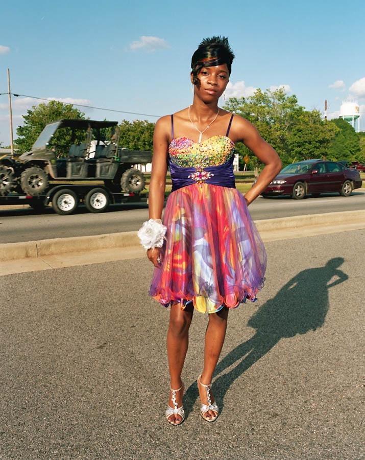 Шамонте Шарп фотографируется рядом с магазином, где купила своё платье, Маунт-Вернон, штат Джорджия. Gillian Laub for TIME