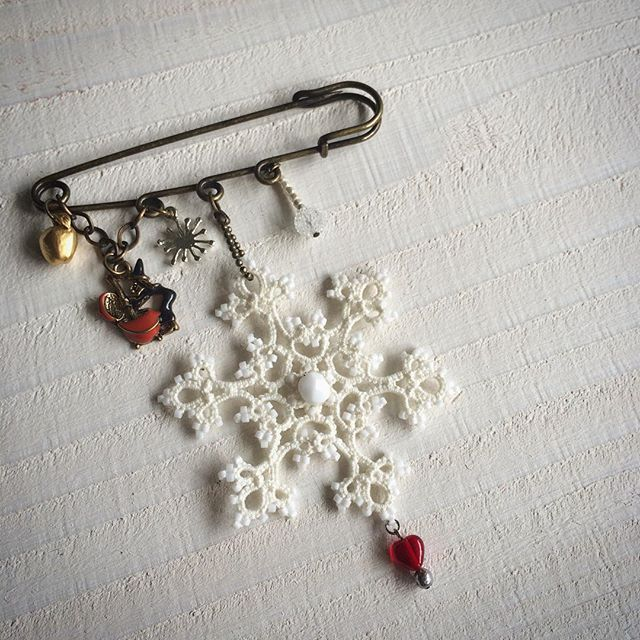 『白雪ひめのブローチ/ストールピン』  #タティングレース #レース #ブローチ #ストールピン #雪 #結晶 #白雪姫 #スノーホワイト #魔女 #林檎 #snow #snowwhite #tatting #lace #beads #handmade #accessory #snowflakes  #snowflake #apple #witch #pin #brooch