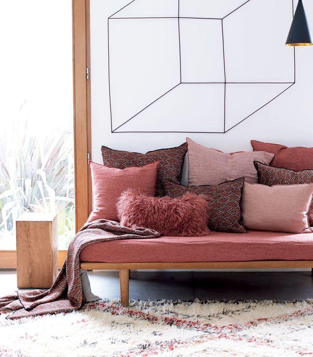 Les nuances de rose réchauffent l'ambiance côté canapé