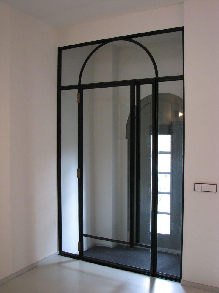Prachtige stalen deur / tochtdeur met mooie ronde toog als repeterend detail van de voordeur. Voor meer stalen deuren zie www.dezonnekamer.nl