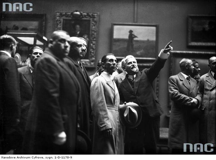 W 1934 r. Muzeum odwiedził  niemiecki minister propagandy Joseph Goebbels (w jasnym płaszczu). Obok niego w pozycji wskazującej ówczesny dyrektor Muzeum Narodowego Feliks Koper.