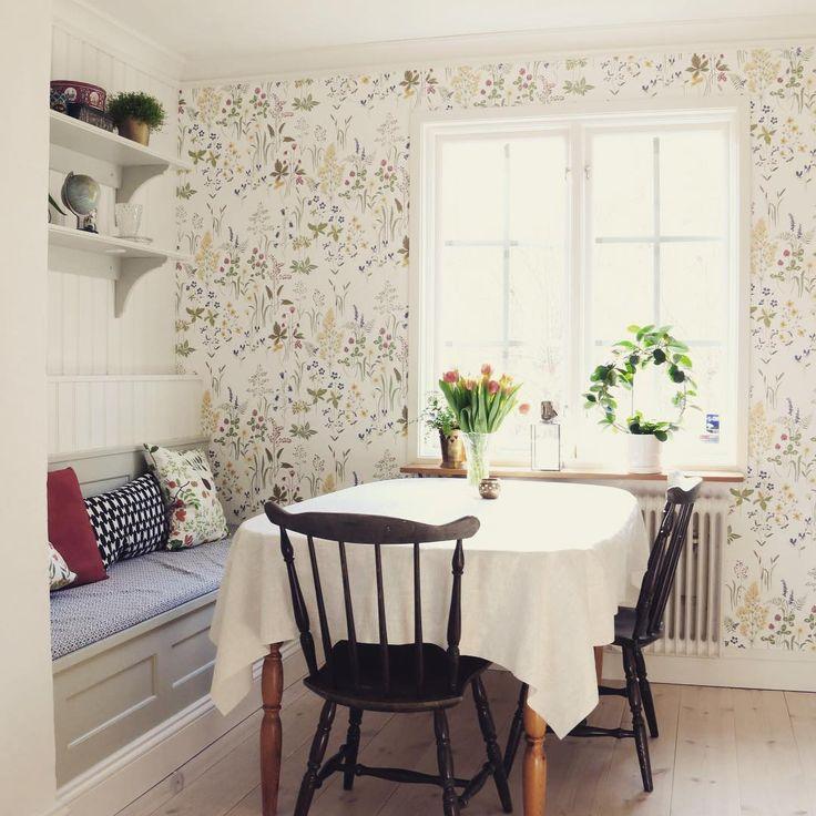 Platsbyggd kökssoffa och vägghyllor med integrerad belysning. En riktigt vacker…