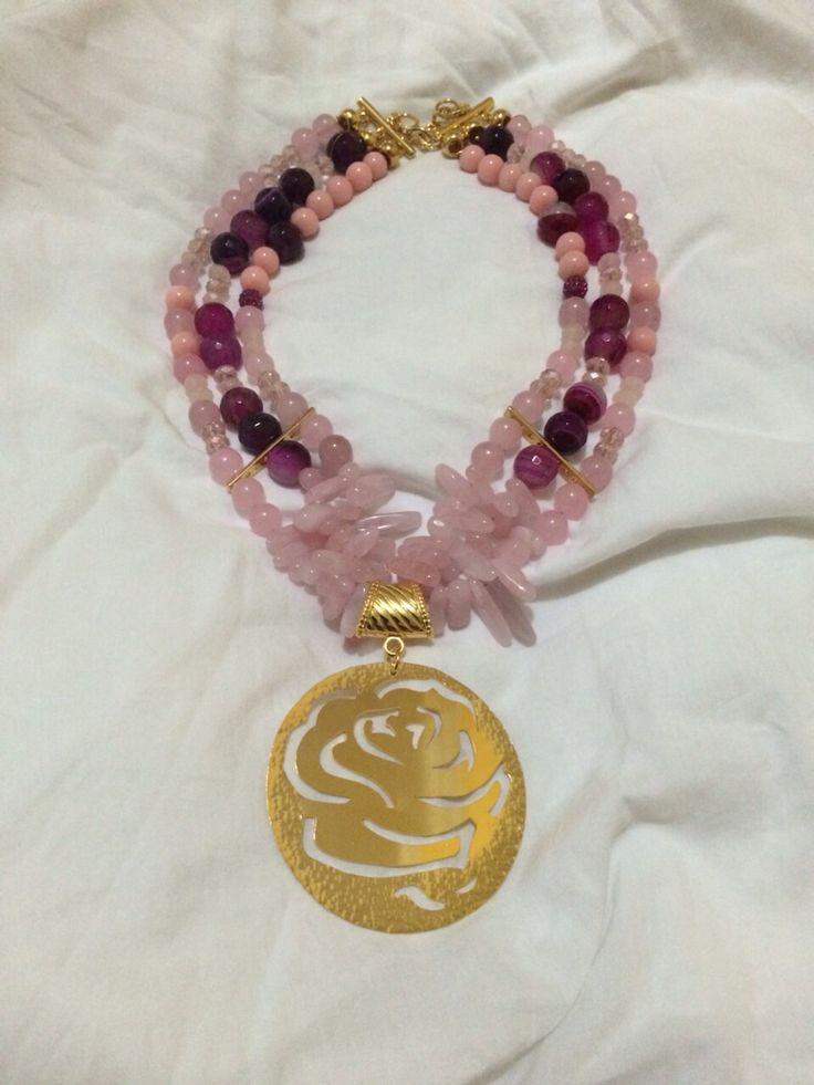 Collar agatas y cuarzo rosado, dije en bronce con baño de oro . Pedidos 3146150186