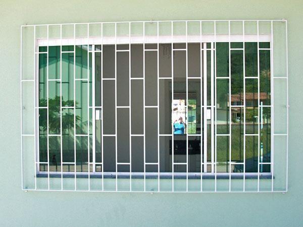 Grade de proteção sobre janela de blindex. A grade não gosto, mas a idéia é boa.