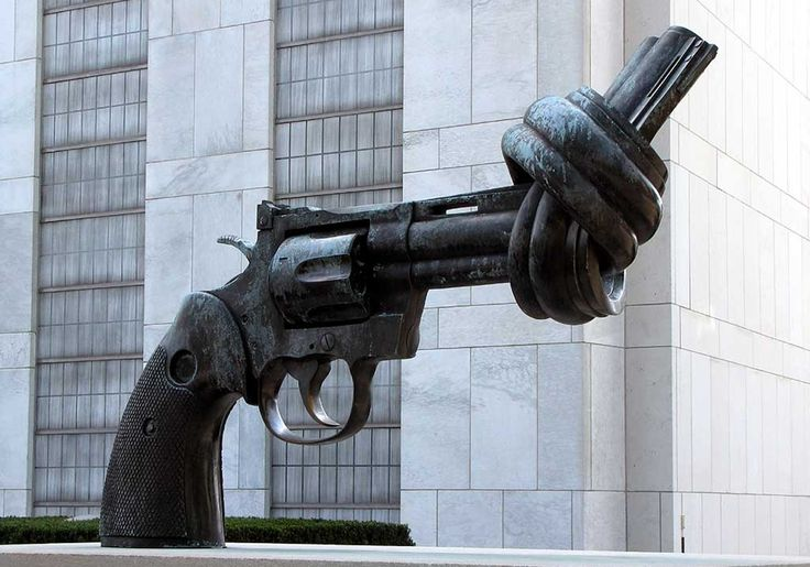 Find more pictures http://666travel.com/non-violence-sculpture-new-york-usa/