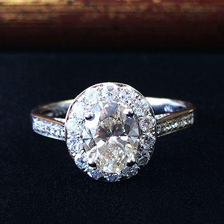 Золотое кольцо с бриллиантом 1.01 карат. Белое золото. Крупный бриллиант овальной огранки, размером 7.7 х 5.9 мм. Чистые белые бриллианты. http://www.worldgold.ru/?action=card&id=6392&cid=14