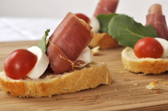 #Montadito with grape tomato and bocconcini, a good #appetizer to welcome your friends and guests, or have it with a drink at home. #flavourhunting #prosciutto
