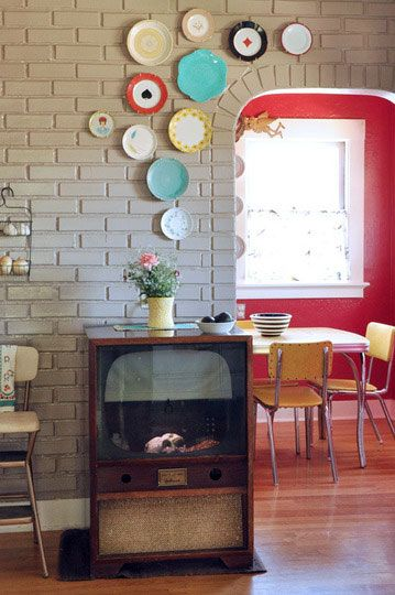 Decorate!!!!!: Vintage Plates, Color Palettes, Red Wall, Fish Tanks, Bricks Wall, Decoration Idea, Wall Decoration, Plates Display, Plates Wall