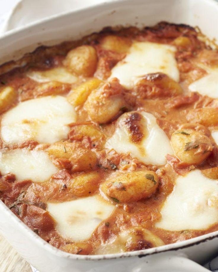Een heerlijk bordje comfort food voor op koude dagen, deze gnocchi met tomaat en goudgeel gebakken mozzarella in de oven.