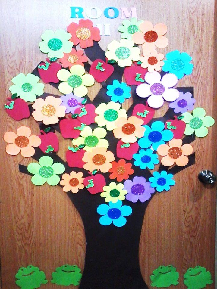 Arbol con flores y manzanas de papel y foamy, al pie figuras de ranitas. en este caso se utilizo para decorar la puerta de un salon. Elaborado por Leslie.