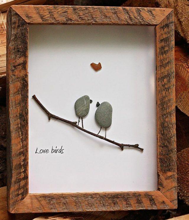 tableau-galets-decoratifs-style-rustique-oiseaux-galets-gris-cadre-photo-bois
