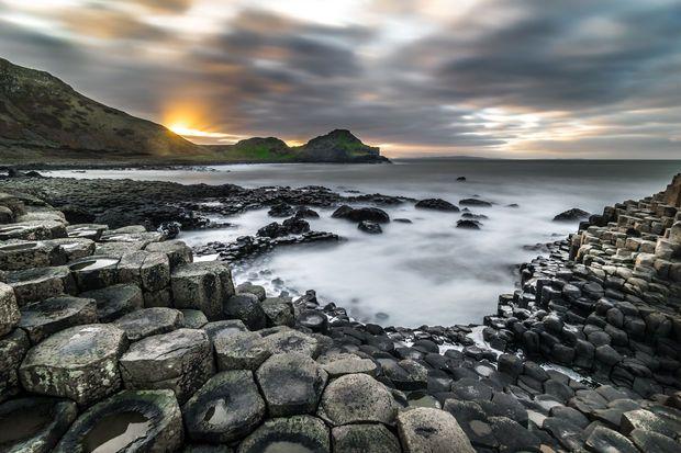 La Chaussée des Géants, en Irlande du Nord >>> Découvrez nos 10 bonnes raisons d'aller en Irlande : http://www.geo.fr/photos/reportages-geo/10-bonnes-raisons-d-aller-en-irlande-156616