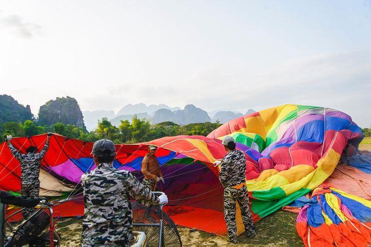 Inflando globos! #balloons #laos #vangvieng #asia #southeastasia #travel #viajero #landscapephotography