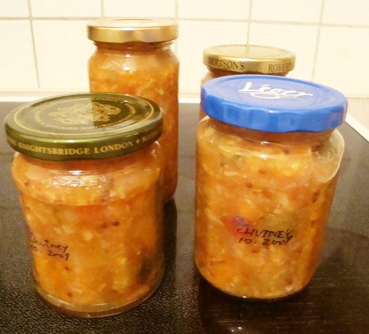 自家製チャツネ∞野菜と果物で保存食     野菜と果物の甘さが凝縮されたチャツネです。スパイスは控えめにしたのでサンドイッチやカレーなどにたっぷり使えます。  材料 (4瓶+少し) りんご酢/モルトビネガー 500cc ブラウンシュガー 大さじ5 ☆生姜  大さじ2 ☆玉葱 小1個 ☆にんにく 2かけ 塩 岩塩使用 小さじ1 マスタードシード 小さじ1 コリアンダー 粒 小さじ1 ローリエ 1枚 レモン汁 小1個分 ★りんご 皮を剥いて種を出す 3個~5個 ★ズッキーニ 小1本 ★カリフラワー 1/3個 ★カブ/コールラビ 1/2個 ★人参 1本 ★キュウリ酢漬け(ピクルス) 小 3本 ★デーツ/プルーン 5個 ★トマト 小2個