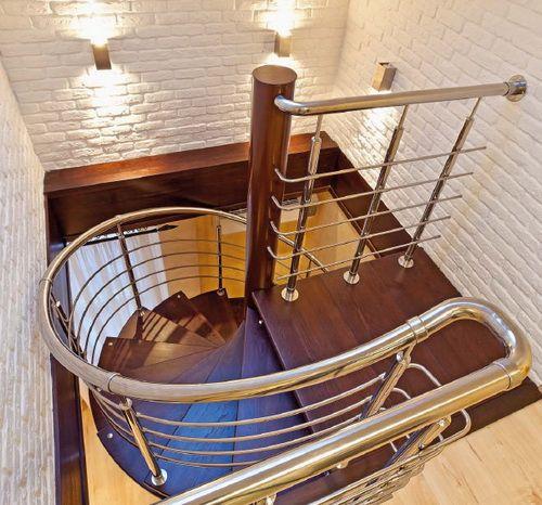 Лестничная зона представляет собой эффектное трио – кирпич, дерево, металл. Хромированные поручни и голые кирпичные стены – обусловлены стилистикой лофта, деревянные ступени – посыл к домашнему комфорту и теплу.