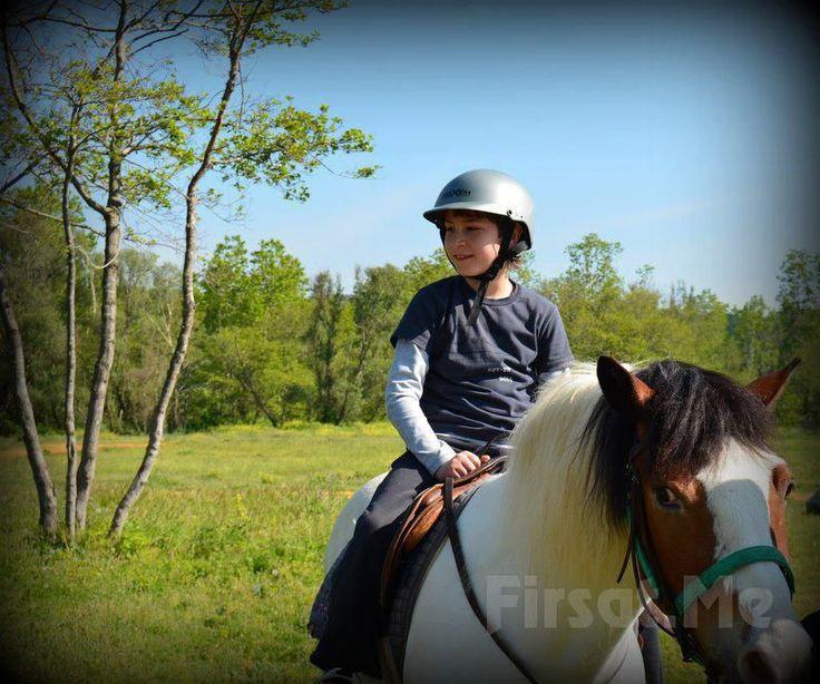 Kahvaltı Sonrası Muhteşem Bir Deneyim! Atlı Tur'da Kahvaltı Keyfi ve At İle Gezinti Seçenekleri! Temelinde barındırdığı doğa ve hayvan sevgisi sayesinde bir yaşam biçimi olan binicilik sporu; bireyin, yeryüzünün en soylu varlıklarından biri olan at ile birbirlerini tanıyarak, etkileyerek ve nihayette tamamlayarak oluşturdukları uyumu, kendilerini izleyenlere en estetik biçimde sundukları bir sanat olarak tarif edilebilir.