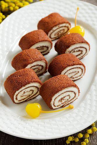 Шоколадные блины с начинкой из сливочного сыра и пряными грушами.