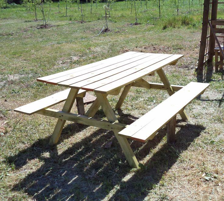 Para aprovechar el buen tiempo y las horas agradables del día viene muy bien una mesa da camping que puede permanecer a la intemperie sin problemas. Esta es muy facil de hacer. Necesitamos: