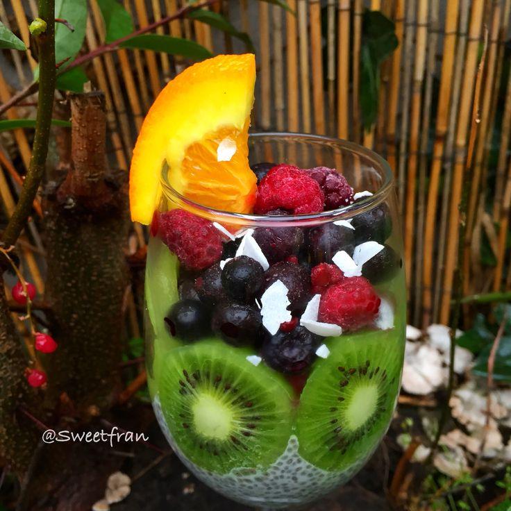 Frutas: kiwi, frambuesas, arandanos, coco, naranja y en el fondo pudding de leche vegetal y chia.