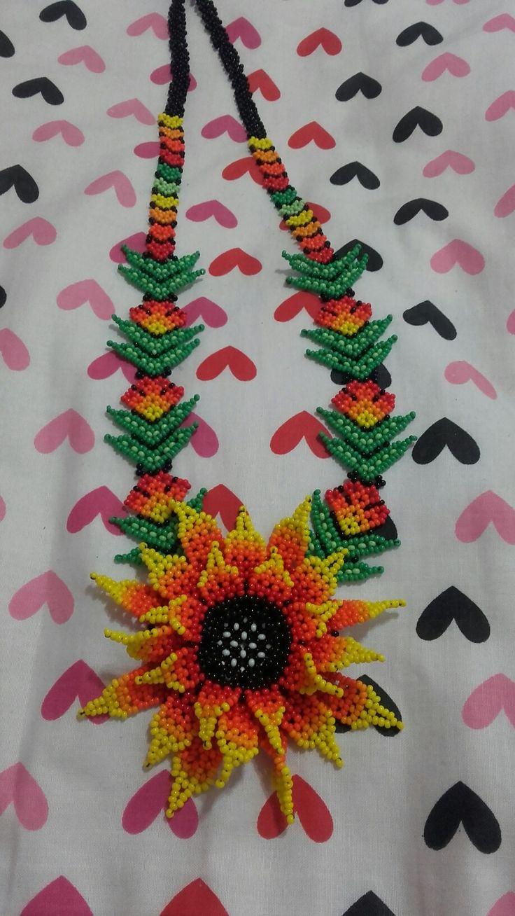 Collar flor huichol