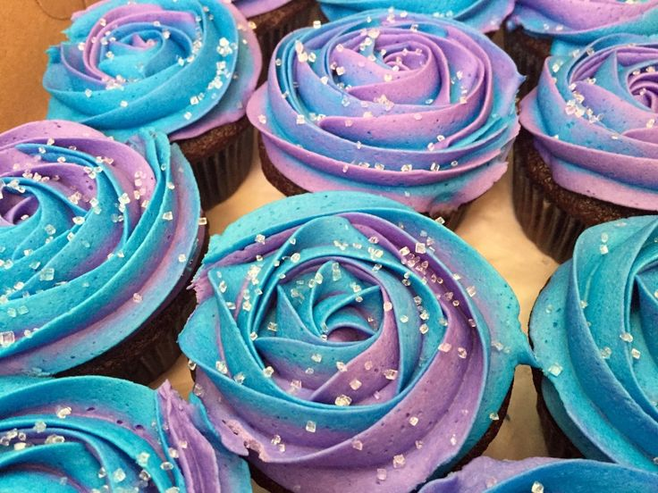 Frozen two-toned cupcakes. Anna colours.                                                                                                                                                     More