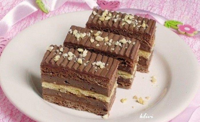 Pudinková nádivka vymícháná s máslem a jemné piškotové těsto. Výborně vypadající koláček s čokoládovou chutí. Mňamka!
