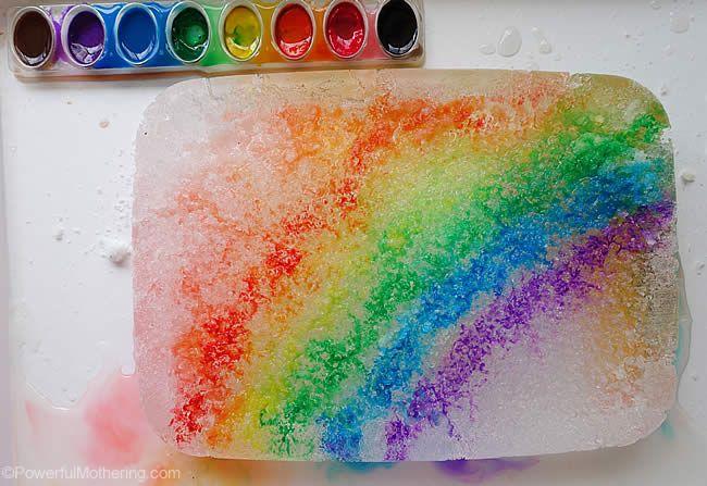 Regnbågsexperiment med is, salt och vattenfärger