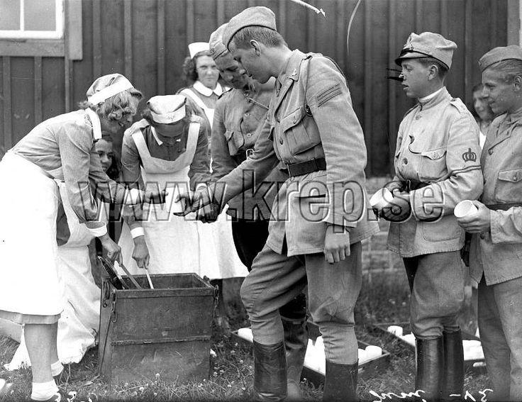 Göteborg juni 1942 Landstormslägret i Gottskär. Lottor. Mat. Andra Världskriget. Militärt.