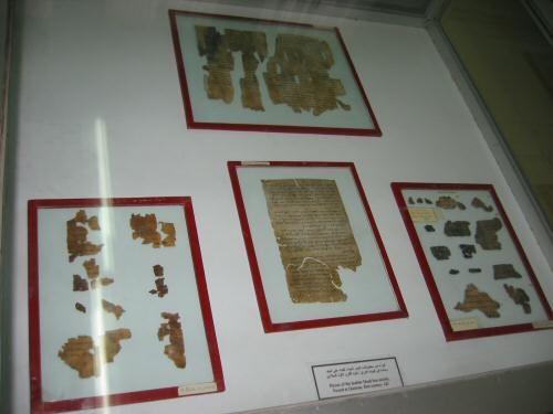 Fragmentos dos Manuscritos do Mar Morto em exposição no Museu de Arqueologia em Amã, Jordânia. Em 1947 beduínos pastores encontraram sete rolos antigos em cavernas de Qumran na Cisjordânia. Entre 1951-6 arqueólogos encontraram pergaminhos adicionais. Os pergaminhos foram encontrados em uma série de 11 cavernas. Os pergaminhos estava escondidos em jarros cerâmicos, incluindo livros da Bíblia, livros apócrifos e próprias obras da seita.  Fotografia: Gary Jones.