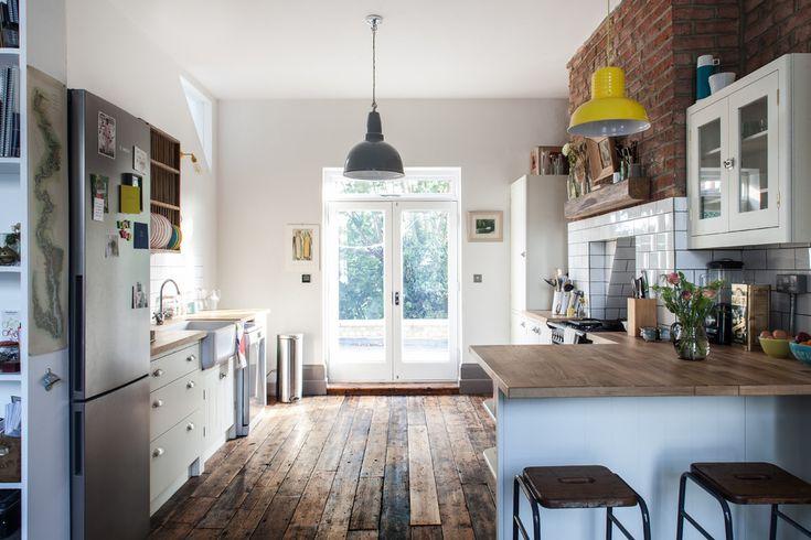 Altbau Küchenbereich Holzboden Ziegelwand
