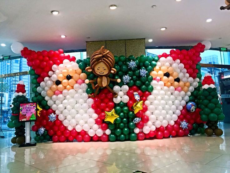 Источник интернет ---   I love this cheerful Christmas backdrop with the mirrored images of Santa! It is rich in texture as well as strong in the graphic presentation.  ---  -- Learn tools and skills for building balloon walls, backdrops and graphics of your own at RouseED™ #BalloonGrids™ Seminars: http://JustRouseIt.com/RED.