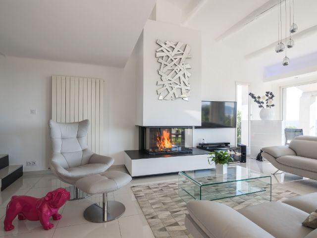 Une cheminée contemporaine dans une villa