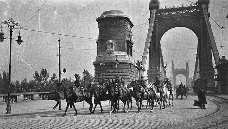 1919_augusztus_5_roman_megszallok_a_budapesti_erzsebet_hidon_propagandajuk_szerint_ok_szabaditottak_meg_a_fovarost_a_kommunista_terrotol.jpg